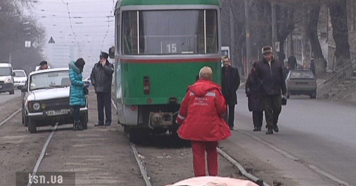 Водій не помітив жінку, яка переходила дорогу просто перед трамваєм @ ТСН.ua