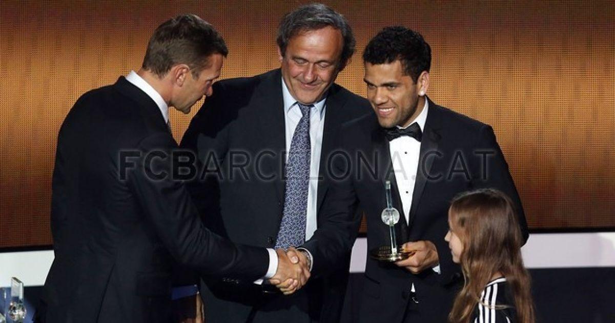 Шевченко роздає нагороди @ fcbarcelona.cat