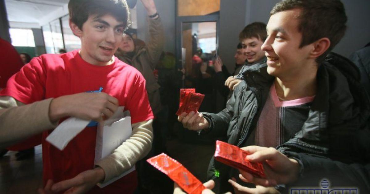 В Києві танцювали і роздавали презервативи @ УНІАН