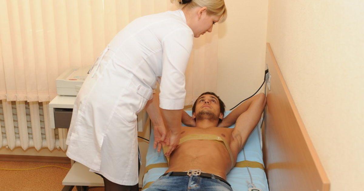 Голые врачи видео, трахает кончает брюнетку