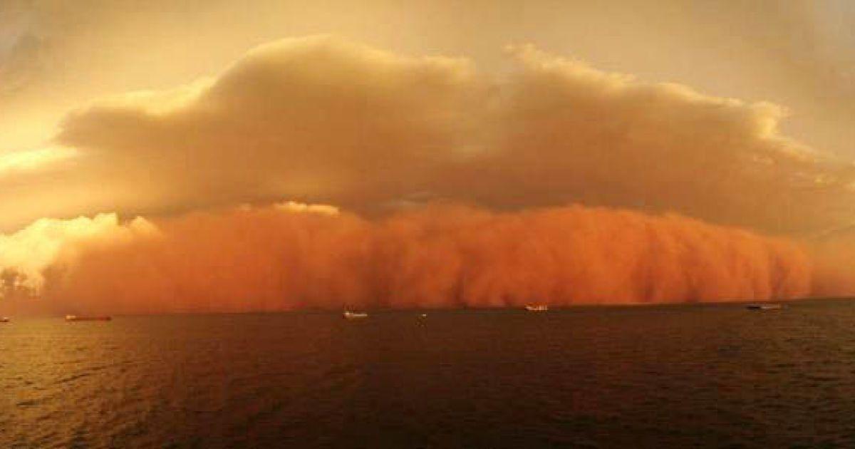 Очевидці побачили величезне багряне формування пилової бурі і дощових хмар @ bigpicture.ru