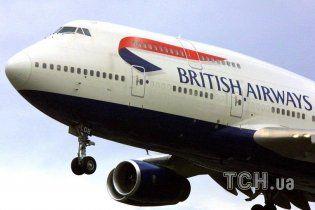 Пилот хотел секса с пассажиркой и угрожал изнасиловать весь экипаж