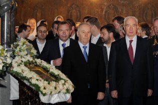 Азаров с VIP-окружением зашли к митрополиту прямо в алтарь