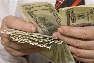 Украинцам в банках продают меченые и изношенные доллары, которыми невозможно расплатиться