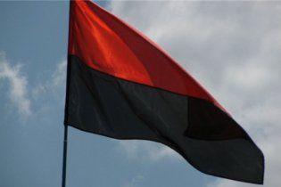 У Києві можуть дозволити 13 разів на рік офіційно підіймати прапор ОУН разом із державним