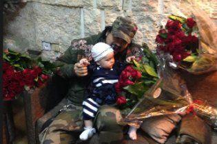 Годовалой дочке Киркорова надарили охапки красных роз