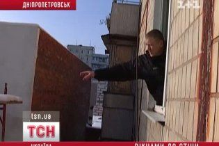 У Дніпропетровську новий ТЦ ледь не замурував вікна сусідній висотці