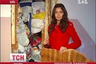 """Київський """"Плюшкін"""" застряг у власній квартирі через гори сміття та мотлоху"""