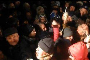 Севастопольцы организовали масштабную давку на раздаче бесплатного оливье (видео)