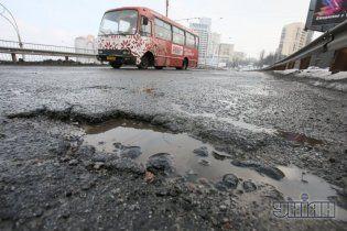 Янукович обвинил предшественников в разбитых дорогах