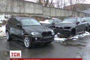 В Ровно мошенники собирали элитные BMW и Mercedes на подпольном заводе