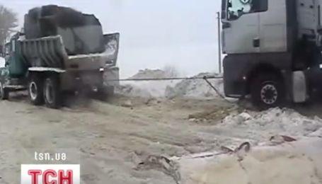 Півторакілометрова черга з фур утворилася на українсько-румунському кордоні