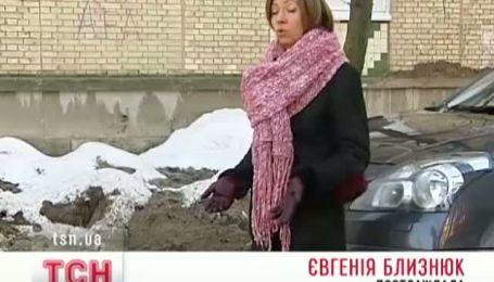 Киевляне ежедневно вытягивают свои автомобили из ямы, которую забыли зарыть коммунальщики
