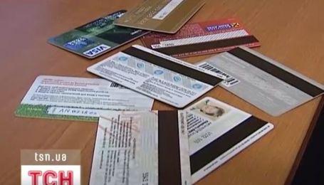 На Донетчине работников предприятий принудительно переводят на карты других банков