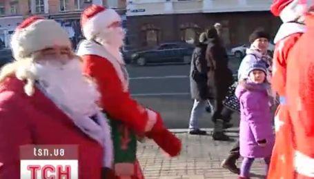 Донецк начал празднование Нового года парадом Дедов Морозов