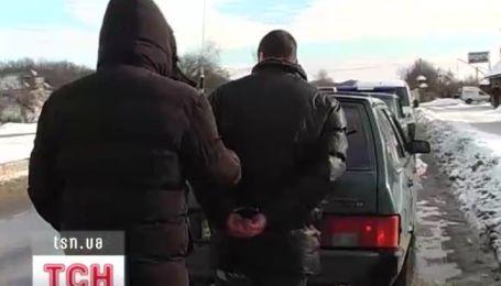 Двое жителей Прикарпатья взяли в заложники таксиста, чтобы из Хмельницкого доехать до Черновцов
