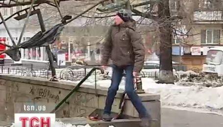 Велетенські бурульки трощать дахи і авто в Києві