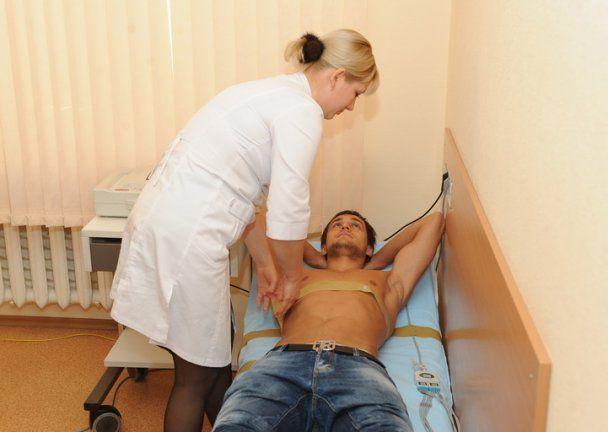 Голодная на секс больничная шлюха оттрахала пациента, когда увидела его огромный стояк