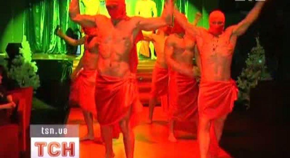 Трусов надевают мужчина в душ голый видео фото милые