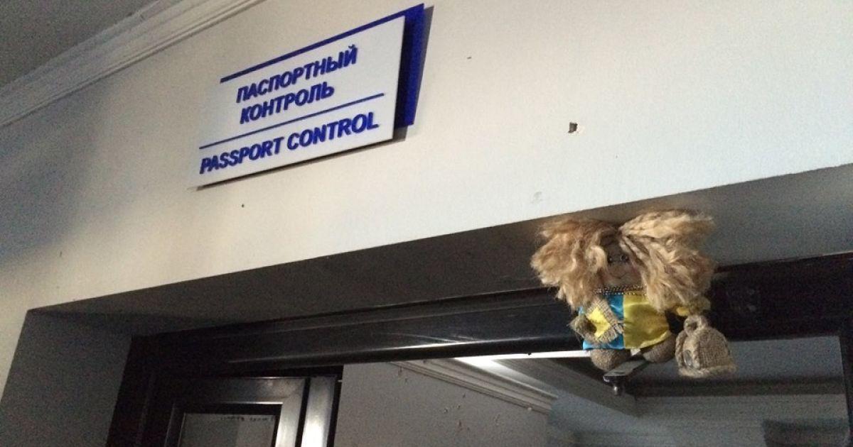 """Домовичка одета в сине-желтое одеяние и """"позирует"""" по всей территории старого терминала Донецкого аэропорта @ facebook.com/yuri.biriukov"""