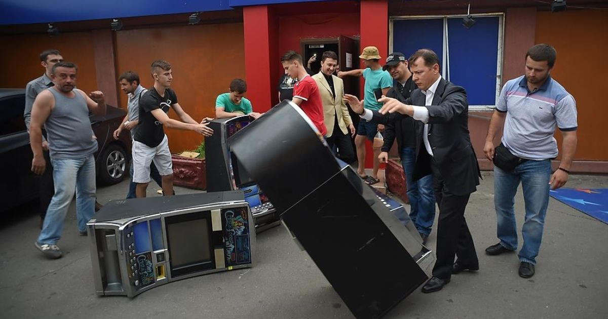 Олег Ляшко розбиває ігровий автомат на Троєщині в Києві @ novostimira.com