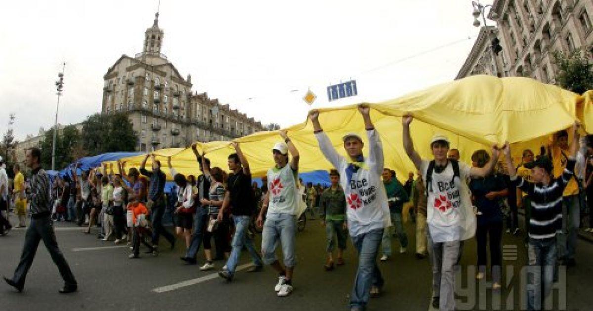 Киевляне несут самый большой в стране Государственный флаг Украины, в день празднования 18-й годовщины Независимости Украины, в Киеве, в понедельник, 24 августа 2009 года @ УНІАН