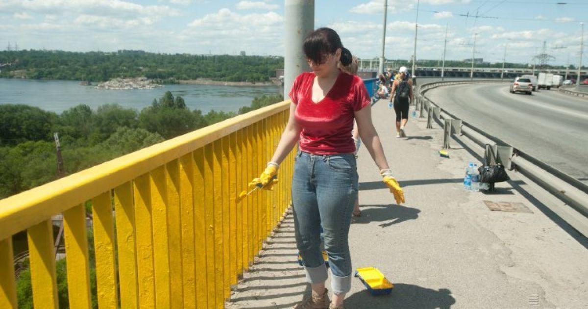Активисты начали красить  перила @ УНІАН