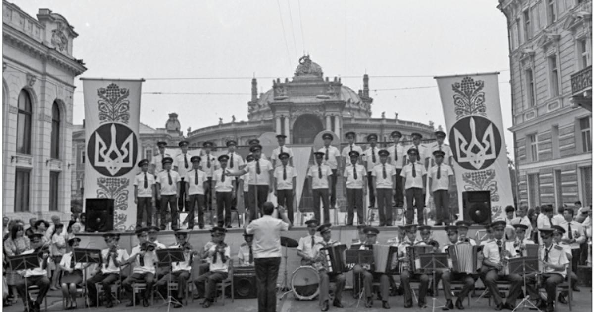 Выступление ансамбля песни и пляски одесского военного округа возле  Одесского театра  оперы и балета во время празднования Дня независимости Украины.  Одесса, 24 августа 1992 года @ ІнфАгро