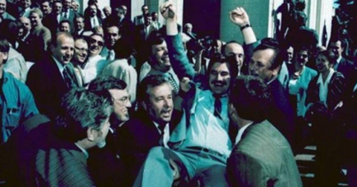 Депутаты подбрасывают докладчика по тексту Конституции Михаила Сироту. После Конституционной ночи - утро 28 июня 1996 года @ mamainfo.com.ua
