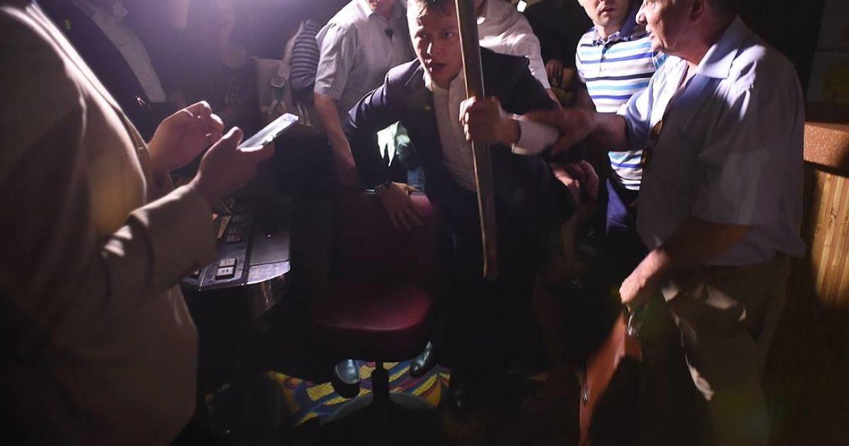 Олег Ляшко разом зі своєю командою трощать незаконне казино на Троєщині в Києві @ novostimira.com