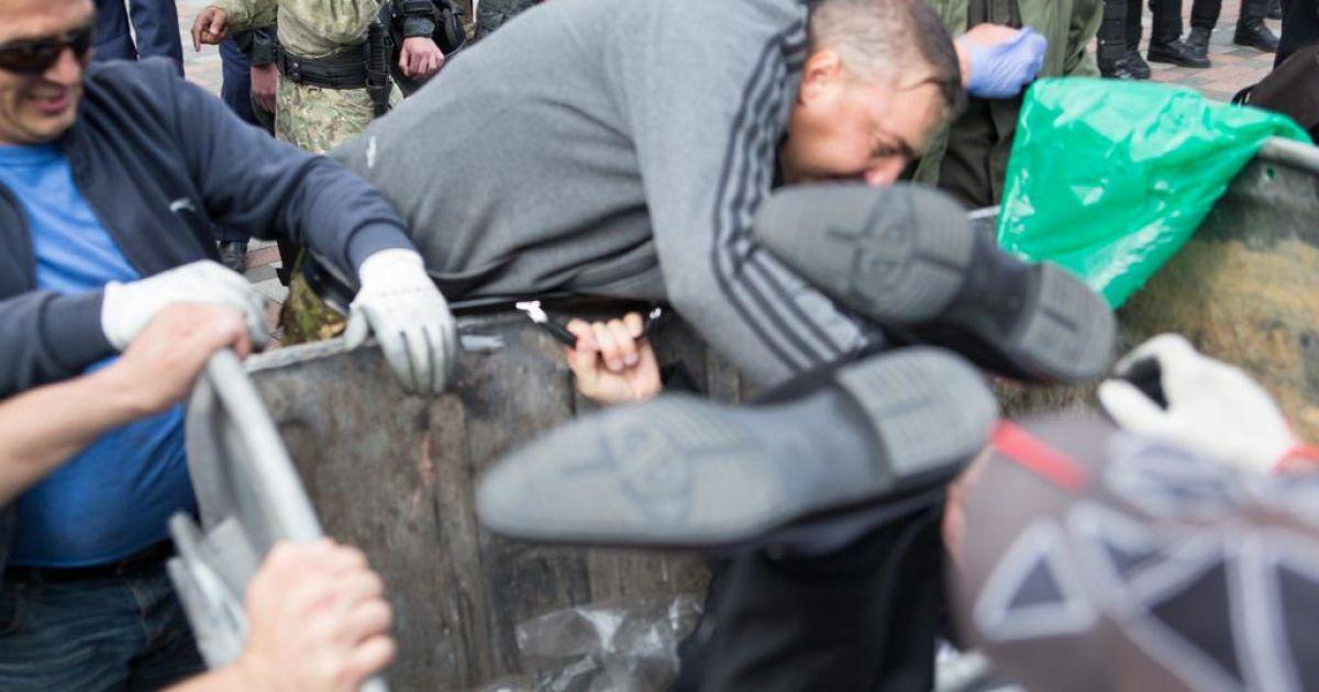 Нардепа Журавського кинули у смітник @ facebook.com/vitaly.manko