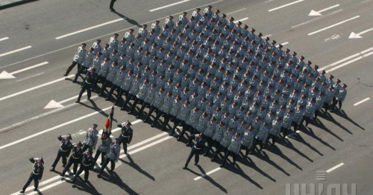 Военнослужащие украинской армии проходят торжественным маршем по центру Киева во время парада войск, посвященного 13-й годовщине Независимости Украины. 24 августа 2004 года @ УНІАН