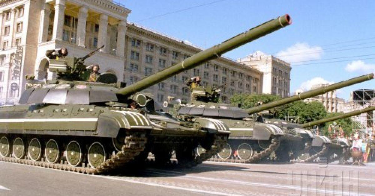 Танки, которые принимают участие в военном параде в честь 8-й годовщины провозглашения независимости Украины, проходят по Крещатику. 24 августа 1999 года @ УНІАН