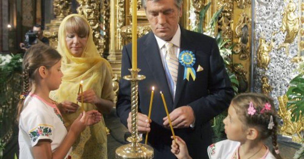 Президент Украины Виктор Ющенко с женой Екатериной Ющенко и детьми ставит свечи в Софийском соборе в Киеве 24 августа 2008 года @ УНІАН