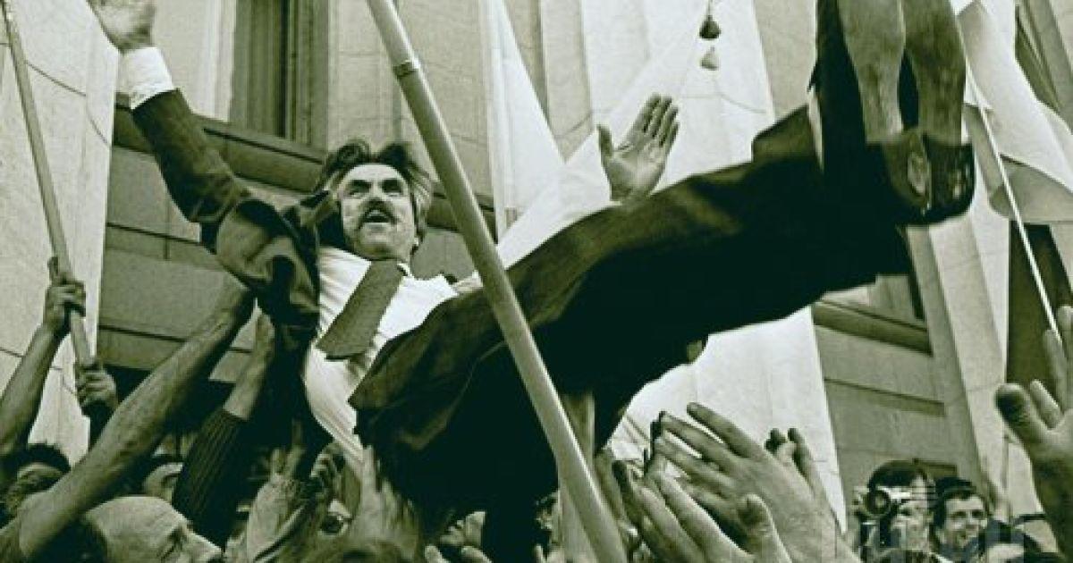 Люди качают на руках диссидента Левка Лукьяненко, празднуя провозглашение Украины независимым государством 24 августа 1991 года @ УНІАН