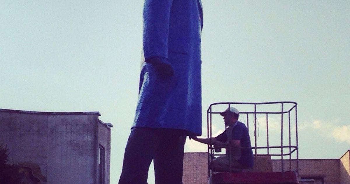 Памятник Ленину стал желто-голубым @ vk.com/club312953