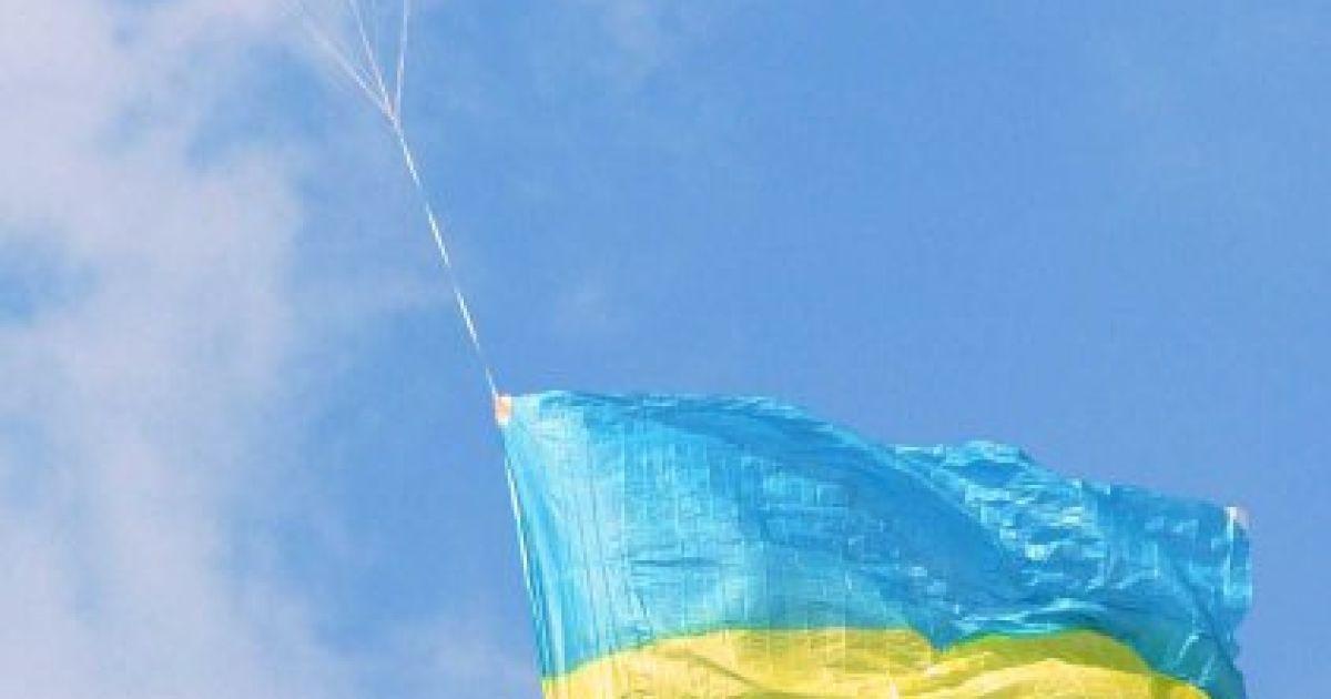 Украинский желто-голубой флаг летит в небе на парашюте во время военного парада в честь Дня Независимости в центре Киева в пятницу, 24 августа 2001 года @ УНІАН