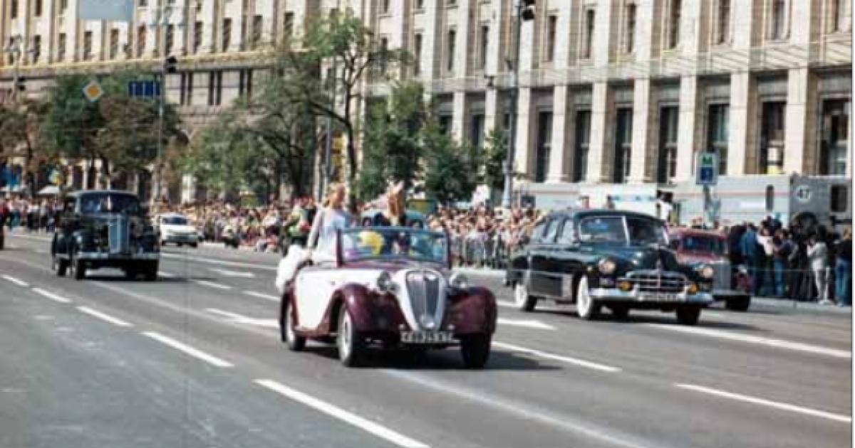 Парад ретро-автомобилей во время театрализованного действа на Крещатике  по случаю 7-й годовщины независимости Украины. Киев, 24 августа 1998 года @ ІнфАгро