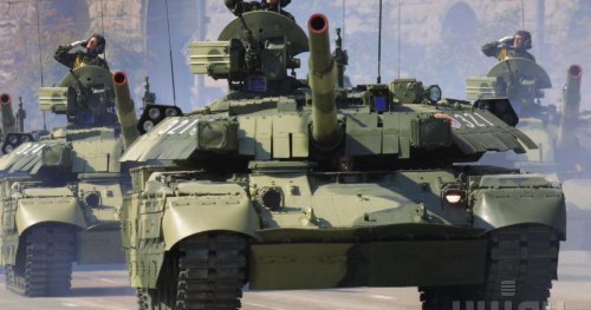 Танки проходят по центру Киева во время военного парада в честь Дня Независимости в пятницу, 24 августа 2001 года @ УНІАН