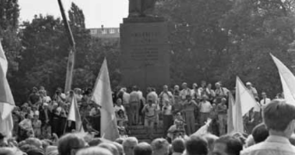 Киевляне возле памятника  Т.Шевченко во время  празднование 1-й годовщины  независимости Украины.  Киев, 24 августа 1992 года @ ІнфАгро