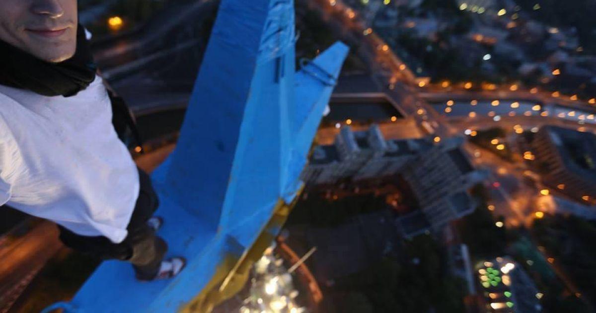 """""""Мустанг"""" разрисовал звезду на московский высотке в сине-желтые цвета. @ facebook.com/mustang.wanted.25"""