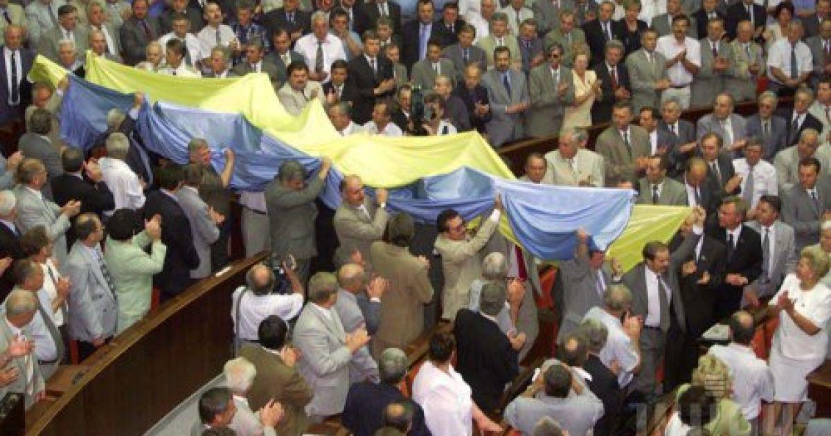 Народные депутаты первого созыва вносят огромный государственный флаг Украины в зал заседаний Верховной Рады 22 августа 2001 года. Этот флаг уже был внесен в зал заседаний ВР за десять лет до этого после одобрения ВР Акта провозглашения независимости Украины @ УНІАН
