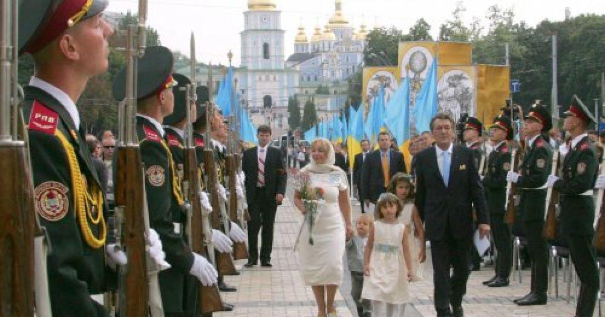 Президент Украины Виктор Ющенко вместе с женой Екатериной и детьми направляются в Софийский собор на Молитву за Украину в центре Киева 24 августа 2006 года @ УНІАН