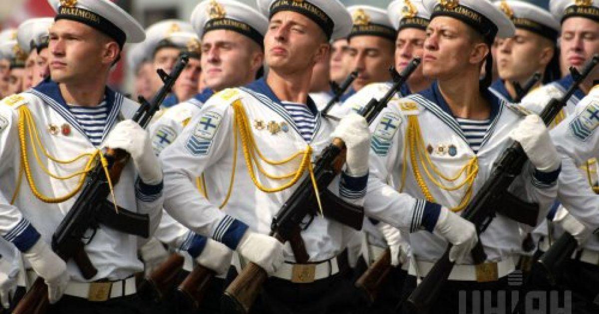 Курсанты военно-морского училища им. Нахимова проходят по центру Киева во время военного парада в честь Дня Независимости Украины 24 августа 2003 года на Крещатике в центре Киева @ УНІАН