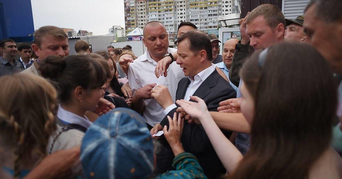 Олег Ляшко роздає гроші жителям Києва, які він та його команда знайшли в незаконному казино на Троєщині @ novostimira.com