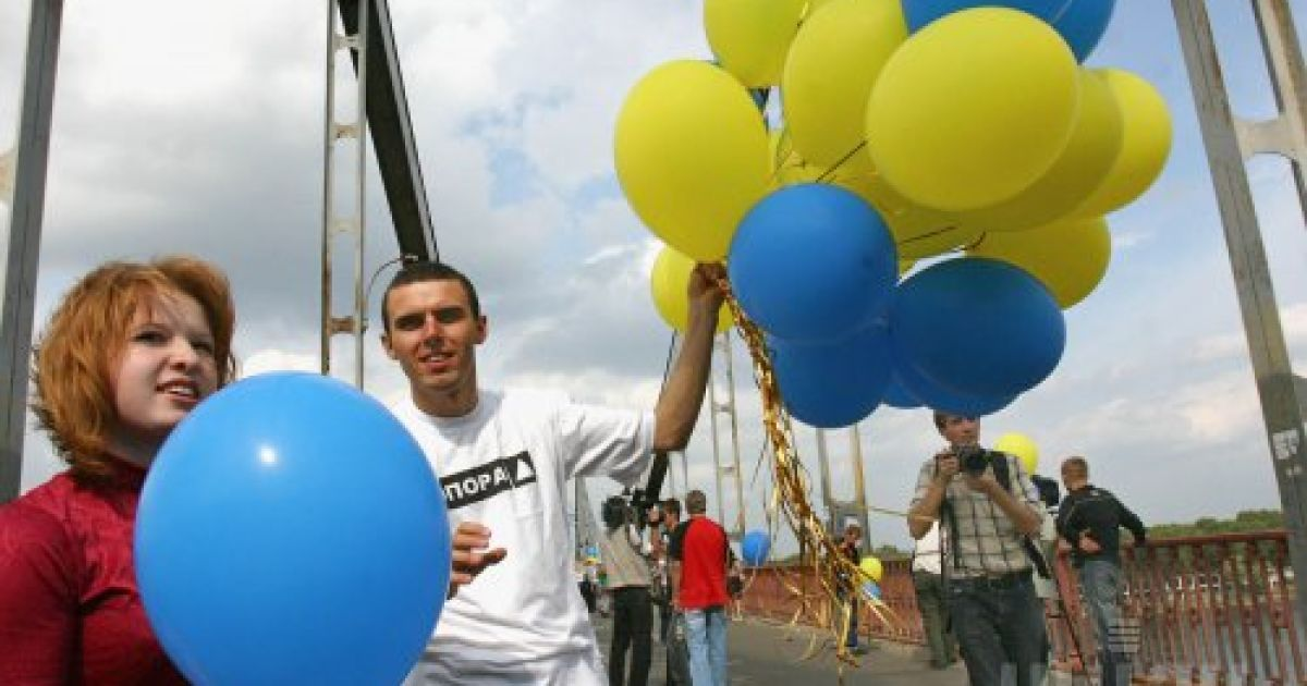 Участники символической акции объединения двух берегов Днепра на Пешеходном мосту в Киеве 24 августа 2006 года @ УНІАН