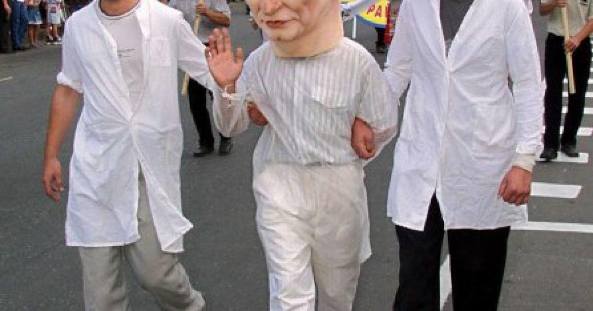 Участник праздничного карнавала в маске президента Украины Леонида Кучмы среди активистов социалистической партии проходит по центральной улице Донецка в воскресенье, 24 августа 2002 года @ УНІАН