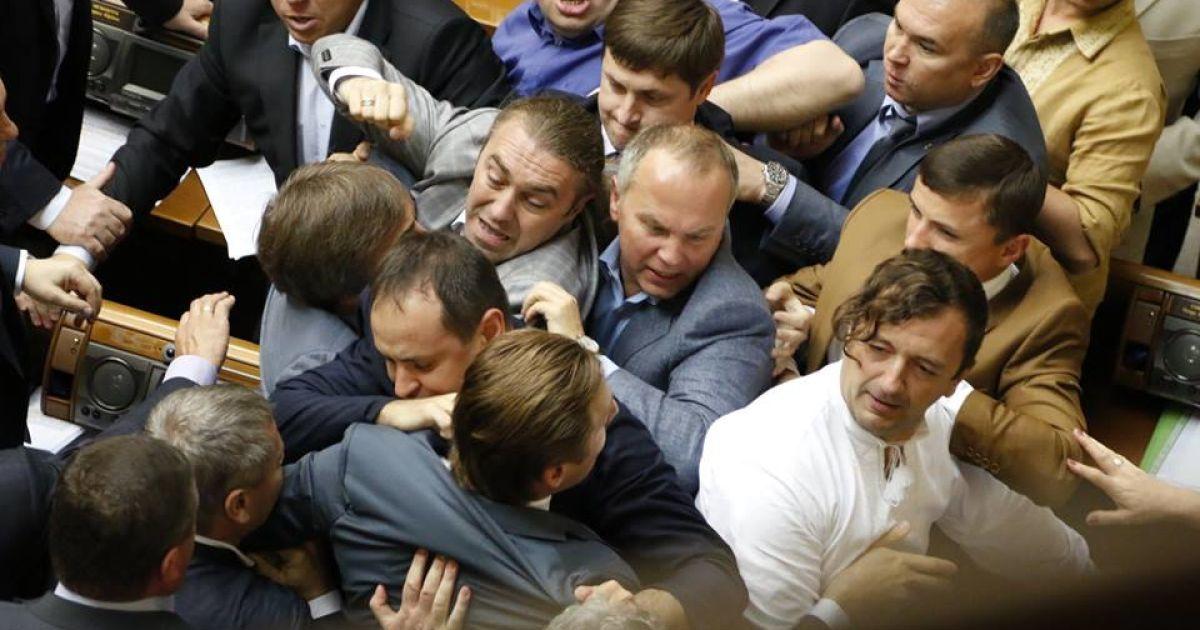 Нардепы устроили потасовку в Раде @ facebook.com/svoboda.ua