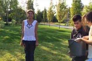 Родина Порошенка облилася крижаною водою в естафеті Ice Bucket Challenge (відео)