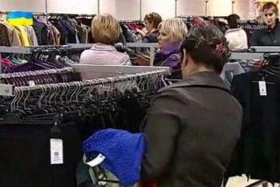Толпа в Днепре в погоне за товаром секонд-хенда выломала и разбила дверь магазина